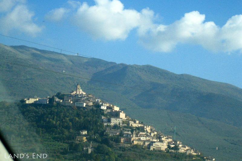 ドライブの道中。小山の上に町がある