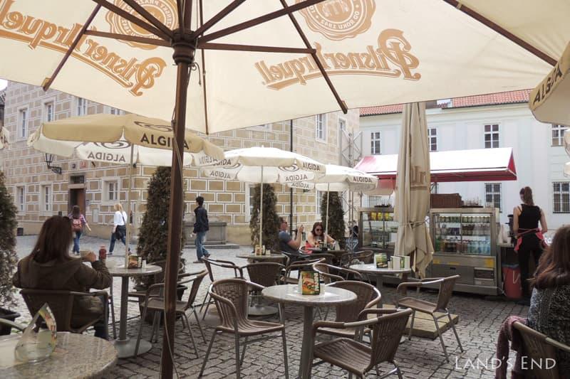 プラハ城、パニーニのスタンドは屋外テーブルがある