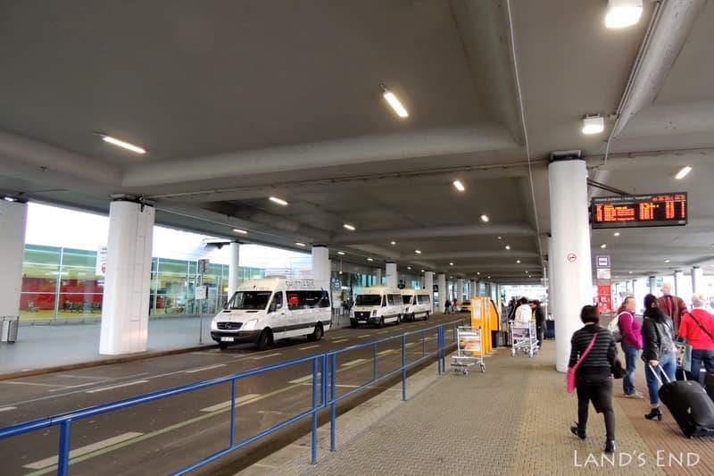 プラハ国際空港のバス乗り場