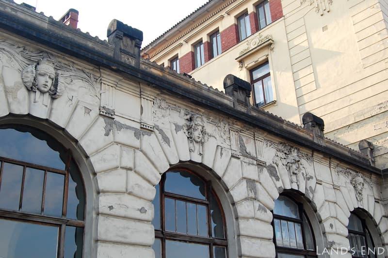 プラハ本駅のレリーフ