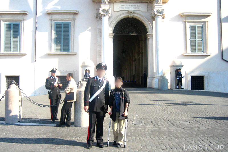 松葉杖をつきながらローマ観光