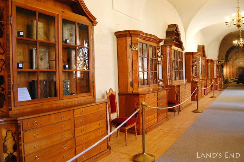 ストラホフ修道院 「珍品棚」と連結廊下
